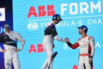 Lucas Di Grassi, Audi Sport ABT Schaeffler, 3° classificato, si congratula con il vincitore della gara Alexander Sims, BMW I Andretti Motorsports, sul podio