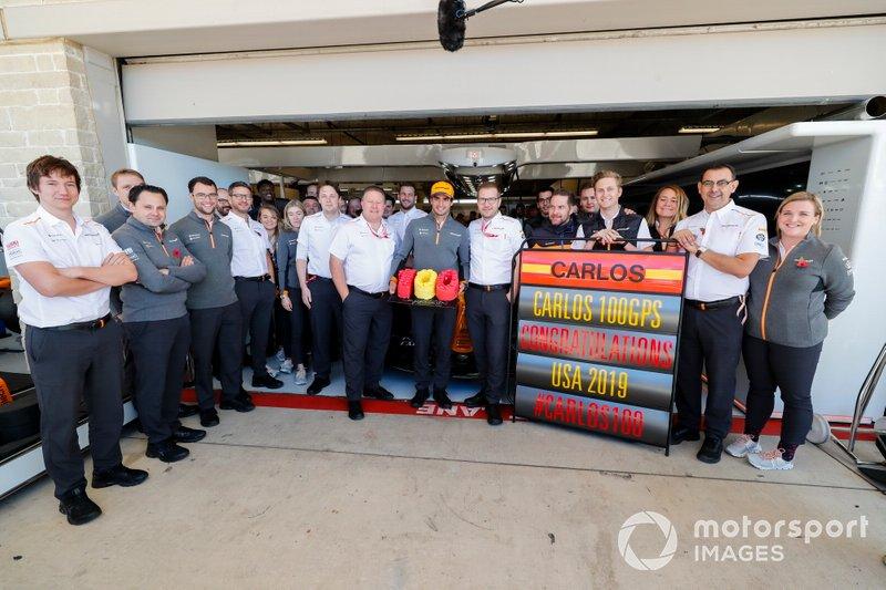 Гонщик McLaren Карлос Сайнс отмечает свой сотый Гран При