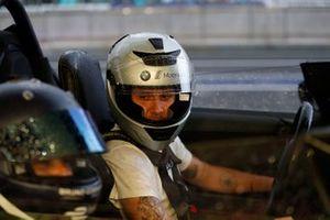 Yeni BMW Güvenlik Aracını tanıtan güvenlik aracı sürücüsü Bruno Correa, Brooklyn Beckham