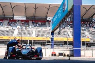 Mechanics push Sam Bird, Virgin Racing, Audi e-tron FE06