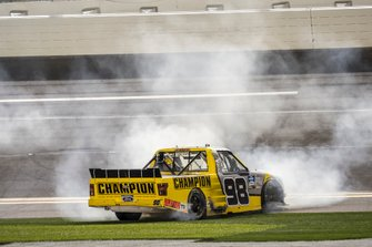 Ganador Grant Enfinger, ThorSport Racing, Ford F-150 Champion/ Curb Records celebra con burnout