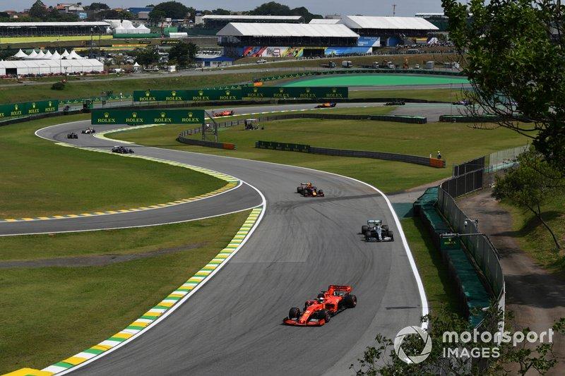 Sebastian Vettel, Ferrari SF90, precede Valtteri Bottas, Mercedes AMG W10, e Alexander Albon, Red Bull RB15