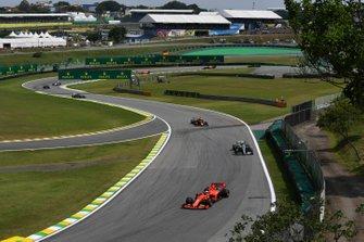 Себастьян Феттель, Ferrari SF90, Валттери Боттас, Mercedes AMG F1 W10, и Александр Элбон, Red Bull Racing RB15