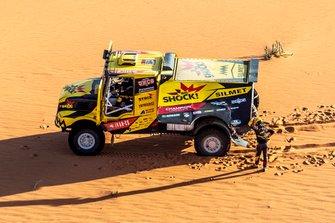 #504 Big Shock Racing IVECO: Martin Macik, Frantisek Tomasek, David Svanda stops