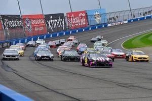 Pace-Laps: Jimmie Johnson, Hendrick Motorsports, Chevrolet Camaro Ally, führt 5-Wide-Formation in Fontana an