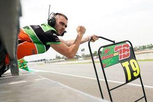 Механик команды BOE Skull Rider Mugen Race с пит-бордом Макара Юрченко