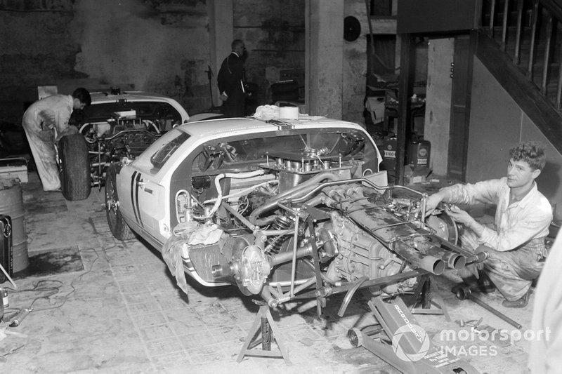 Richie Ginther, Masten Gregory's Ford GT40 en el garaje