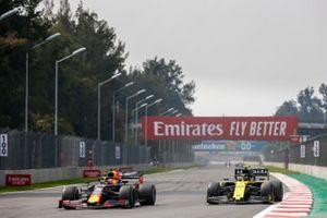 Max Verstappen, Red Bull Racing RB15, y Nico Hulkenberg, Renault R.S. 19