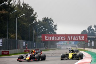 Max Verstappen, Red Bull Racing RB15, voor Nico Hulkenberg, Renault R.S. 19