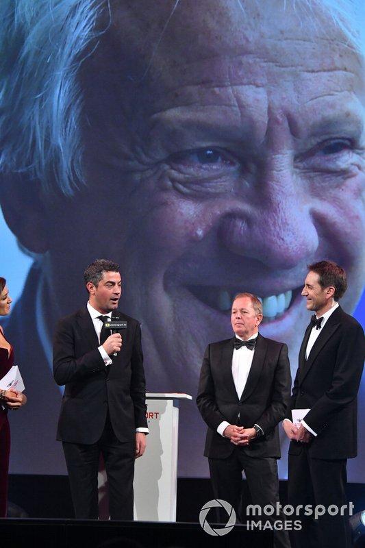 Гоночный директор Ф1 Майкл Маси получает из рук Мартина Брандла премию Джона Болстера за Чарли Уайтинга