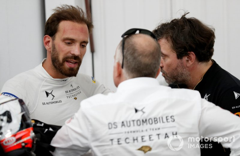 Jean-Eric Vergne, DS TECHEETAH talks with his team