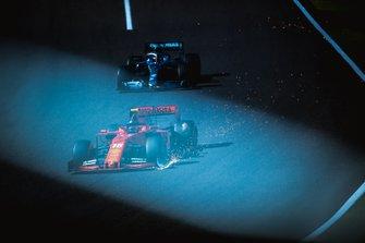 Charles Leclerc, Ferrari SF90, lidera a Lewis Hamilton, Mercedes AMG F1 W10, mientras sigue las chispas de su dañado alerón delantero.