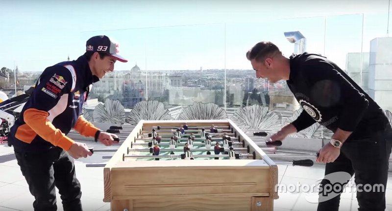 Marc Márquez y Joaquín se enfrentan a futbolín