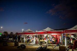 Les mécaniciens Toyota Gazoo Racing au travail après l'étape