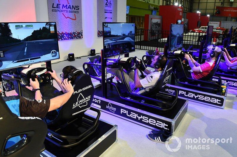 Fan usano gli impianti di simulazione sullo stand della Le Mans eSports Series
