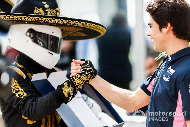 Mario Achi, Promoter del GP del Messico, porge a Lance Stroll, Racing Point una bottiglia di tequila