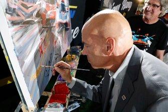 Scott Atherton firma un autógrafo de una pintura en vivo de Bill Patterson
