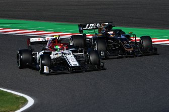 Antonio Giovinazzi, Alfa Romeo Racing C38, battles with Romain Grosjean, Haas F1 Team VF-19