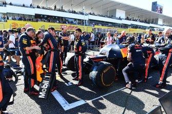 Mecánicos de Red Bull revisando el alerón delantero