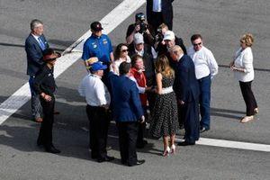 Президент США Дональд Трамп на «Дайтоне 500» встречается с Риком и Линдой Хендриками, а также с Джо Гиббсом, Роджером Пенске и Кэти Пенске