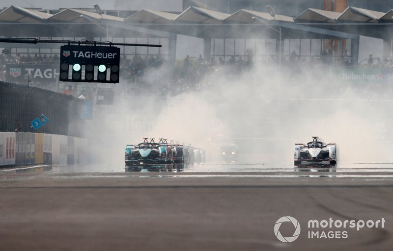 Mitch Evans, Jaguar Racing, Jaguar I-Type 4 alongside Andre Lotterer, Porsche, Porsche 99x Electric at the start