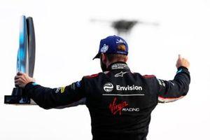 Sam Bird, Virgin Racing, Audi e-tron FE06, célèbre la victoire sur le podium