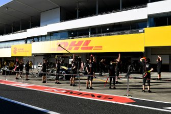 Haas F1 mechanics warm up