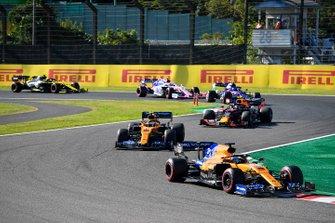 Carlos Sainz Jr., McLaren MCL34 , precede Lando Norris, McLaren MCL34, Alex Albon, Red Bull RB15, Pierre Gasly, Toro Rosso STR14, e Lance Stroll, Racing Point RP19