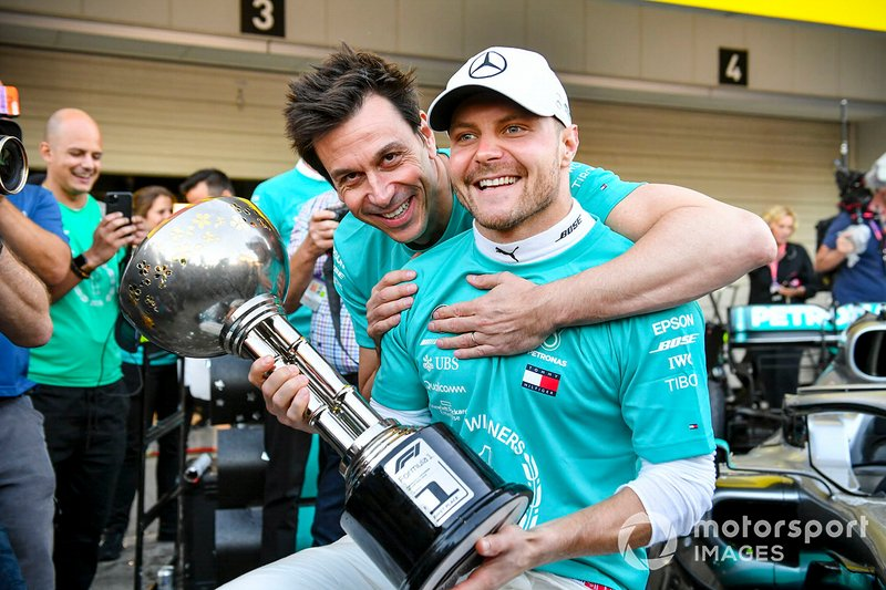 Race winner Valtteri Bottas, Mercedes AMG F1 and Toto Wolff, Executive Director (Business), Mercedes AMG with the trophy