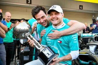 Racewinnaar Valtteri Bottas, Mercedes AMG F1 en Toto Wolff, Executive Director (Business), Mercedes AMG met de trofee