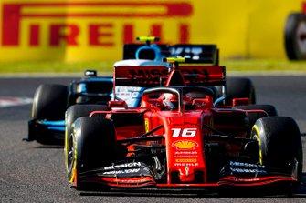 Charles Leclerc, Ferrari SF90, precede Robert Kubica, Williams FW42