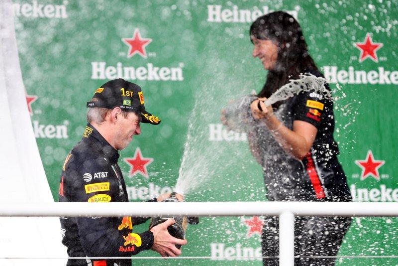 Max Verstappen, Red Bull Racing, celebra con Hannah Schmitz, ingeniera de estrategia de Red Bull Racing