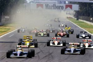 Nigel Mansell, Williams FW14B Renault, precede Riccardo Patrese, Williams FW14B Renault, Martin Brundle, Benetton B191B Ford, Gerhard Berger, McLaren MP4-6B Honda, e Ayrton Senna, McLaren MP4-6B Honda, all'inizio della gara, al GP del Messico del 1992
