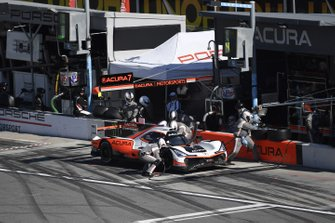#7 Acura Team Penske Acura DPi, DPi: Helio Castroneves, Ricky Taylor, Alexander Rossi - pit stop