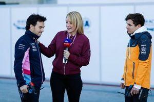 Sergio Pérez, Racing Point, y Lando Norris, McLaren, juegan con autos controlados por radio para la presentadora de Sky Rachel Brookes