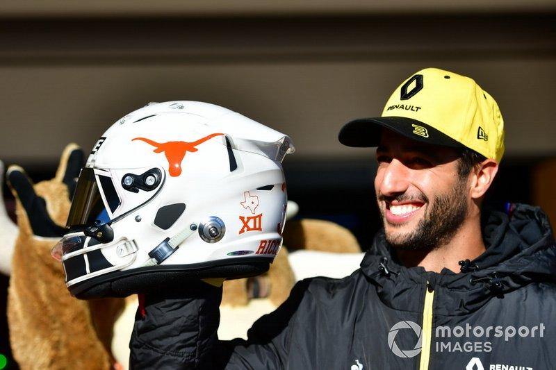 Daniel Ricciardo, del equipo Renault F1, conoce a las animadoras de los Cuernos Largos de Texas y muestra un nuevo diseño de casco