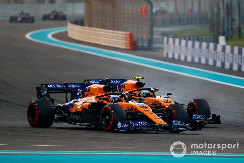 Carlos Sainz Jr., McLaren MCL34, en lutte avec Lando Norris, McLaren MCL34