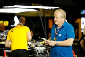 Jo Bauer from the FIA Technical Delegate visits the Renault team