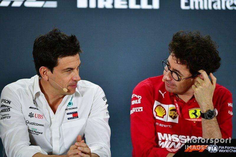 Toto Wolff, Executive Director (Business), Mercedes AMG, e Mattia Binotto, Team Principal Ferrari