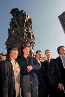 Modena 1998, Piero Ferrari, Mario Andretti, Eddie Irvine, Michael Schumacher, Luca Di Montezemolo, en el 100 aniversario del nacimiento de Enzo Ferrari