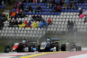 Юри Випс, Motopark, Dallara F317 Volkswagen, и Фердинанд Габсбург, Carlin, Dallara F317 Volkswagen