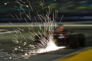 Daniel Ricciardo, Red Bull Racing RB14 lâche des étincelles