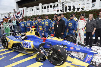 Alexander Rossi, Andretti Autosport Honda and team in victory lane