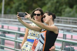 Des fans prennent un selfie