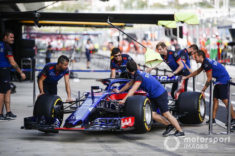 Автомобиль Scuderia Toro Rosso STR13 Брендона Хартли