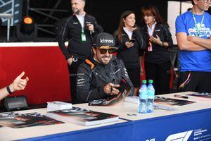 Fernando Alonso, McLaren lors de la séance d'autographes