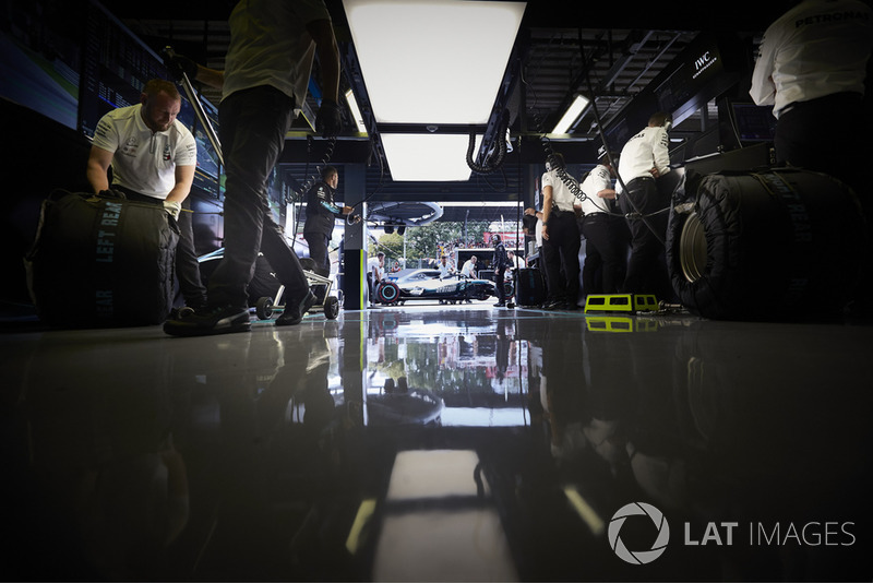 Mercedes AMG F1 W09 Valtteriego Bottasa, widok z garażu zespołu