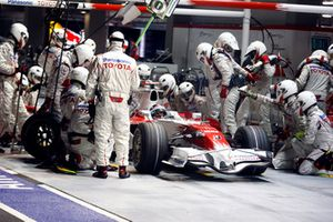 Jarno Trulli, Toyota TF108, retired, makes a stop