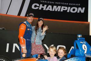 Campeón Scott Dixon, Chip Ganassi Racing Honda, esposa Emma y niños Tilly y Poppy