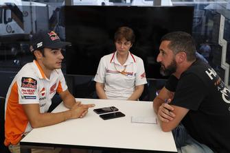 Dani Pedrosa, Repsol Honda, mit Oriol Puigdemont, Motorsport.com